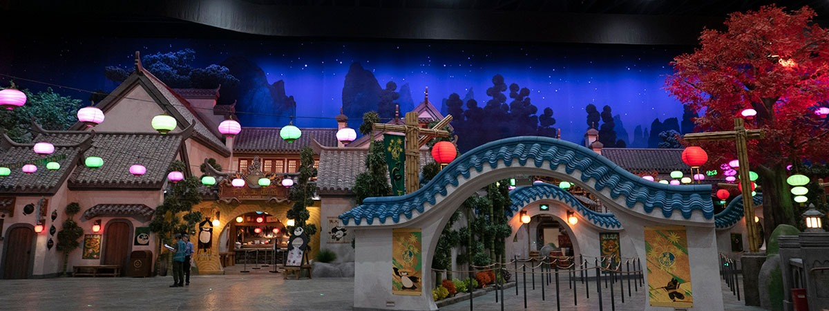 Visually seamless cyclorama as backdrop for this theme park